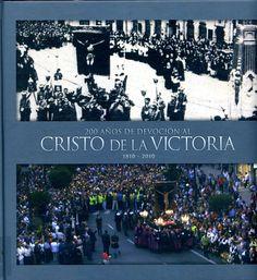 O libro presenta a través de fotografías e recortes de prensa a historia da devoción do Cristo da Vitoria na cidade de Vigo mostrando o arraigo e a tradición  desta devoción e da procesión que cada ano atrae a cidade olívica a milleiros de persoas.