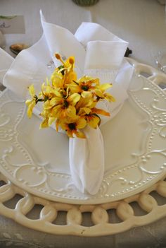 Dinner Sets, Dinner Table, Centerpieces, Table Decorations, Table Set Up, Napkin Folding, Clay Flowers, Deco Table, Ceramic Pottery