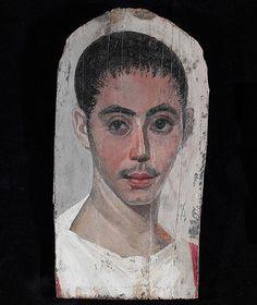 """La momia herida (160 d.C). El joven de este retrato, realizado para colocar sobre el rostro de una momia, tiene el ojo derecho más pequeño debido a una malformación congénita. La línea bajo el ojo es una incisión quirúrgica ya cicatrizada, parece que de una operación para mejorar la visión del ojo tarado. El """"papiro de Ebers"""", uno de los primeros tratados médicos que se conserva, cita más de 30 patologías oculares y sus tratamientos. Imagen del The Metropolitan Museum of Art, New York"""