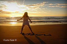 Niña en la playa. Reportaje de comunión en Valencia