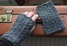 Mitten Gloves, Wrist Warmers, Keep Warm, Fingerless Gloves, Crochet, Free Pattern, Diy And Crafts, Knitting, Mittens
