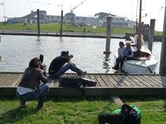 """Zum Abschluss unserer Shooting-Woche zeigt sich die Sonne noch einmal von ihrer besten Seite! Fotograf Henning setzt unsere """"Gesichter"""" Inken Eilers und Jan Stege im Hafen von Dorum-Neufeld gekonnt in Szene - und ist heute auch mal VOR der Kamera aktiv: Die Nordsee-Zeitung ist live beim Shooting mit dabei."""