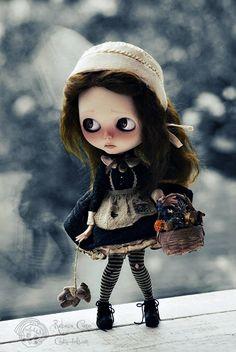 Amei essa Blythe ❤️. Rebeca Cano é a responsável por produzir Blythe Dolls como personagens protagonistas de contos. Ela dá significado, alma e vida através da expressão, roupas, adereços, cenário e fotografia. Cada peça é criada cheia de simbolismo para a idéia de que a concebeu, bem como referências religiosas sutis, oníricas e poéticas. (http://lilliputiansworld.tumblr.com)  #Blythe #BlytheDolls #BlytheContoDeFadas