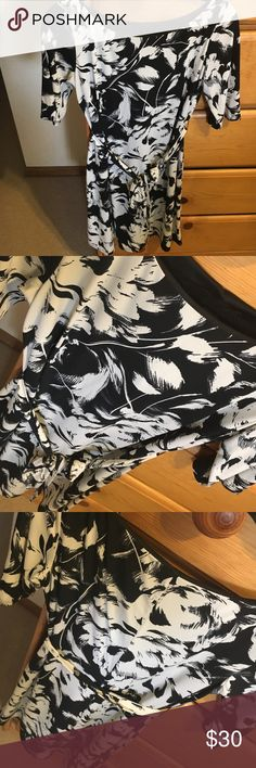 Signature black and white dress One of H favorites, classic style and print. Goes with everything, work or play! Great used condition signature by Robbie Bee Dresses