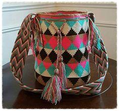Mochilas Wayuu 100% original a mano por Colombiayuu en Etsy Tapestry Bag, Tapestry Crochet, Trendy Accessories, Crochet Accessories, Love Crochet, Knit Crochet, Wiggly Crochet, Mochila Crochet, Diy Bracelets Easy