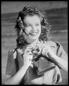 1944 Norma Jeane à Radioplane par Conover - Divine Marilyn Monroe Joven Marilyn Monroe, Young Marilyn Monroe, Norma Jean Marilyn Monroe, Marilyn Monroe Photos, Le Divorce, Girls With Cameras, Pin Up, Thing 1, Portraits