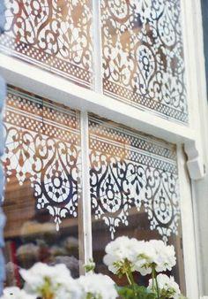 Pencerelerinden giren gün ışığını engellememek ve aynı zamanda gizlilik yaratmak isteyenlerin bu dantel görünümlü şablon fikrini