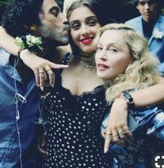 Madonna & Lourdes Maria Ciccone Leon - Lourdes is pictured here with her parents Madonna and Carlos Leon. Lourdes definitely has her mother's looks and free-spirited attitude. Madonna Daughter, Madonna Family, Madonna And Child, Madonna Rare, Lady Madonna, Madonna Quotes, Madonna Pictures, Madonna Fashion, Celebrity Babies