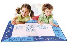 Tappeto Magico da disegno. Il Tappeto Magico da disegno con i suoi pennarelli ad acqua è il regalo ideale per i vostri bambini: non si utilizzano né carta né inchiostri, per fare un nuovo disegno è sufficiente asciugare il tappeto.