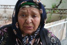 Bejaarde Oezbeekse vrouw, die moest vluchten.