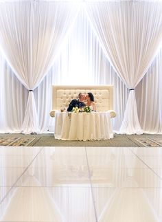 Crystal loveseat as the Sweetheart table