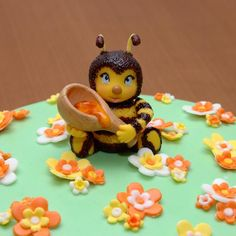 """Начну, пожалуй, серию мастер-классов именно с пчелки. Уж очень она всем понравилась. Эта фигурка украшала торт медовик """"Пчелка"""".  Для работы потребуется: мастика желтого и белого цветов, красители пищевые гелевые, тонкая кисточка, совсем чуть-чуть шокола"""