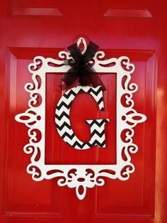love+this+instead+of+a+wreath!+love+a+good+monogram.