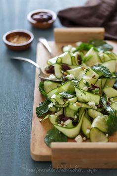 salada de abobrinhas fatiada bem finas, azeitonas e hortelã