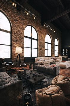 Grand salon ou showroom dans une ambiance de loft industriel deco design loft industriel
