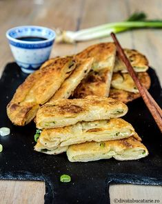 TURTE CHINEZESTI CU CEAPA VERDE | Diva in bucatarie Korean Food, Chinese Food, Hot Dog Buns, Hot Dogs, Fine Dining, Supe, Cooking Recipes, Bread, Kitchen