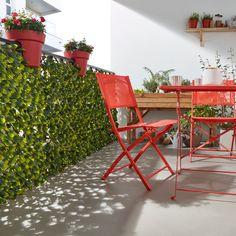 Conserver son intimité sur un balcon n'est pas toujours aisé. La solution : opter pour un brise-vue. L'atout ? Les brise-vue à l'aspect végétal pour recréer une ambiance jardin sur un balcon. #castorama #inspiration #decoration #ideedeco #tendancedeco #balcon #vegetal #brisevue #amenagement #exterieur #petitespace #intimité