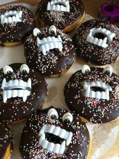 Simple and funny birthday ideas- Monster-Donuts! Halloween Donuts, Men Halloween, Buffet Halloween, Dessert Halloween, Halloween Food For Party, Halloween Treats, Funny Halloween, Birthday Tags, Birthday Fun