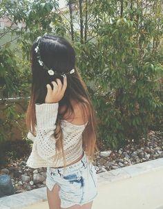 Formas de usar una corona de flores sin destruir tu outfit en el intento