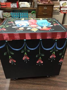 Image may contain: indoor Tole Decorative Paintings, Tole Painting Patterns, Fabric Painting, Painting On Wood, Diy Magazine Holder, Decoupage, Painted Mailboxes, Arte Country, Truck Art