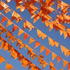 Oranje vlaggetjes, om het huis en de straat in stijl voor Koninginnedag te krijgen
