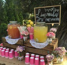 Poner dispensador de bebidas en la mesa con los vasos abajo acomodados para que cada quien se sirva su bebida