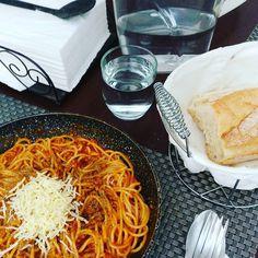 As simple your Life is better it is... Spaghetti bolognese with basil and grated emmental.  La vida cuanto más sencilla mejor... Espaguetis a la boloñesa con aroma de albahaca y emmental rallado.  #estoyhechotodouncocinero #instafoodie #instagramers #instafoodapp #instafood #food #food #food #foodporn #foodie #pornfood #pornfoods #pornfoodie #yummy #spaghetti #bolognese #espaguetis #boloñesa #basil #albahaca #emmental #vigomola #galiciacalidade #galifornia