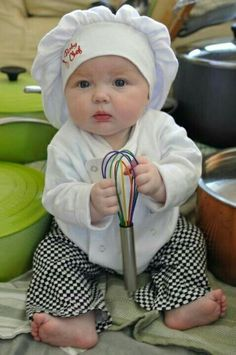 Chef Henry, watch out! Cute Little Baby, Little Babies, Baby Love, Baby Kids, Cute Kids Pics, Cute Baby Pictures, Baby Photos, Beautiful Children, Beautiful Babies