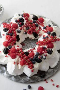 The Perfect Pavlova Recipe. Christmas Food Treats, Xmas Food, Christmas Desserts, Christmas Recipes, Pavlova Cake, Mini Pavlova, Strawberry Pavlova, Delicious Desserts, Dessert Recipes