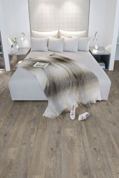 Vinyl flooring that looks like wood, can present some advantage compared with a flooring wood, easier maintenance for a similar look but cannot have the same beautiful wood texture - Dream Homes Home Bedroom, Bedroom Decor, Master Bedroom, Light Bedroom, Clean Bedroom, Home Renovation, Home Remodeling, Luxury Vinyl Flooring, Floor Colors