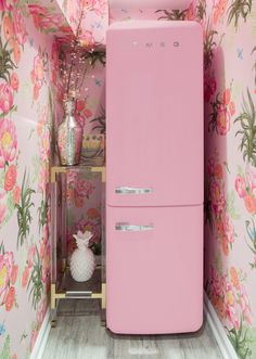 Crowns by christy nyc office smeg pink refrigerator Cocina Shabby Chic, Shabby Chic Kitchen, Shabby Chic Homes, Pink Kitchen Decor, Kitchen Colors, Home Design, Küchen Design, Floral Design, Design Shop