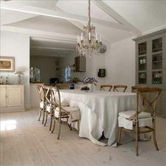 Det uppstår en högreståndskänsla när familjen täcker det stora matbordet med riktigt långa dukar. Ti...