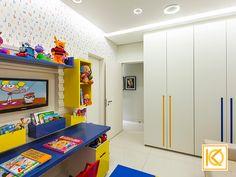 Nada melhor do que um espaço onde as crianças podem receber os amiguinhos e bagunçar à vontade. Com iluminação lúdica, papel de parede divertido, este espaço também podem receber amiguinhos para dormir, no sofá cama, ou até mesmo pedir para a vovó passar a noite com eles. Armários com destaques lúdicos em cores alegres nos puxadores usinados especialmente projetados pelo Studio e desenvolvidos pela Bontempo.  #ProjetodeArquitetura #Arquitetura #Decor #Quarto #KarlaOliveira…