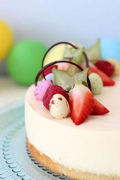 Pääsiäiseksi leivoin raikkaan hedelmäisen kakun. Kakku kätkee sisälleen mangohyytelöraidan sekä kookospannacottakerroksen. Kakku on m...