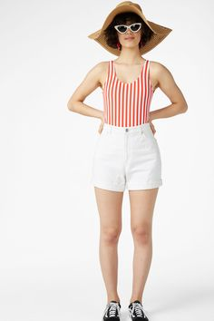 Classic high waisted 5-pocket denim shorts, rolled up for fun! Yaaas please. In a size 28 the waist width is 77 cm. The model is 177 cm and is wearing a size 28.