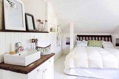 Rintamamiestalo: Oma pieni pesuallas on makuuhuoneen ylellisyys. Vanhan lipaston päälle kiinnitetty allas toimii hammaspesupaikkana ja äidin meikkipöytänä.