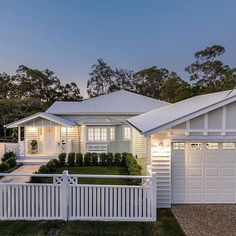 What a stunner! This beautiful home by @hammer_and_heels is a gorgeous example of Queenslander meets the Hamptons. Oh, and Suze has fabulous taste in artwork   via @realestate_com_au