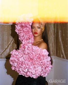 Rihanna graced the cover of GARAGE Magazine's September issue. Carlos Nazario, the shoot's stylist, aimed to dress Rihanna in 'unexpected' pieces. Rihanna Outfits, Style Rihanna, Rihanna Looks, Rihanna Photoshoot, Deana Lawson, Selfies, Muse, Beauty Youtubers, Bad Gal