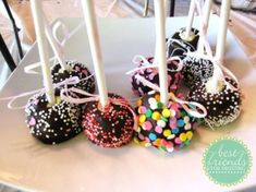cheesecake pops dipped in chocolate, so fun! Cheesecake Pops, Best Cheesecake, Cheesecake Recipes, Cupcakes, Cake Cookies, Cupcake Cakes, Mini Desserts, Sweet Desserts, Dessert Book