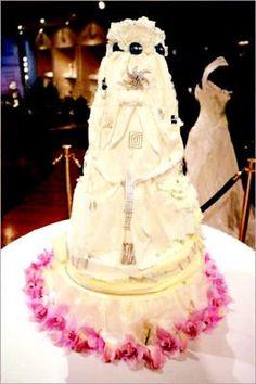 Bolo de casamento feito pela Patisserie Artistique ,localizada na Rodeo Drive em Beverly Hills , criado por Nahid Parsa , salpicado com grandes diamantes . Custo de 20 milhões.