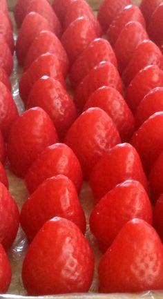 Sabonete Morango Médio <br>Produzido com essência de morango e essência de morango silvestre. Enriquecido com extrato glicólico vegetal de morango. Hidratante, suavizante e remineralizante. Além destas propriedades atua como antioxidante através das vitaminas C e flavonóides. Também tem propriedade reestruturante da pele atuando na acne. <br>Indicado para peles normais <br> <br>Feito a mão 100% artesanal.
