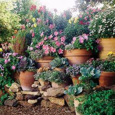 HOME & GARDEN: 40 inspirations pour un jardin anglais + étagement des pots sur un muret de bric et de broc