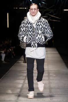 Versace Fall-Winter 2015/16 Menswear Collection | Milano Fashion Week -  - Read full story here: http://www.fashiontimes.it/galleria/versace-fall-winter-201516-menswear-collection-milano-fashion-week/