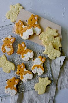 Corgi Popo Kekse - Anjas Backbuch Gingerbread Cookies, Sugar, Desserts, Food, Food Coloring, Small Dogs, Backen, Tailgate Desserts, Ginger Cookies