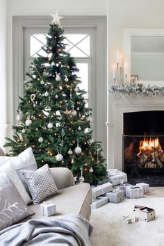 40 Elegant Christmas Tree Decor Ideas 30 – Home Design Christmas Living Rooms, Christmas Mood, Noel Christmas, Christmas Fashion, Vintage Christmas, Christmas Tree Simple, Christmas Ideas, Christmas Tree Inspo, Christmas Movies