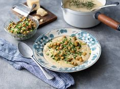 Krämig soppa med rostad blomkål och potatis, toppad med knapriga kikärtor och gremolata. Risotto, Curry, Ethnic Recipes, Prom Dresses, Food, Curries, Essen, Meals, Yemek