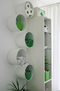 También puedes fijar los tubos de PVC en la pared como ingeniosos estantes.