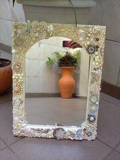 Moldura para espelho - 50x70 - em mosaico decorativo, criado com peças de bijuteria, espelhinhos, miniaturas, pequenos retalhos de crochet, etc, na concepção de nossa aluna Rita de Cacia Teixeira .