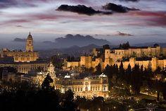 """Een zonnig hoogtepunt van je vakantie; stijlvol Malaga. Informatie en bezienswaardigheden. Málaga is de op één na grootste stad van Andalusië en de op vijf na grootste stad van Spanje. Het is de hoofdstad van de gelijknamige provincie Malaga. De stad heeft ongeveer 600.000 inwoners en ligt aan de Middellandse zee, aan de toeristische Costa del Sol en op slechts 100 kilometer afstand van de Straat van Gibraltar. Málaga wordt omgeven door bergen, de zogenaamde """"Heuvels van Axarquía"""""""