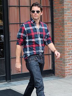 My oh my, James Marsden looked SO darn spexy in his silver modernized square aviators! We're digging' his plaid button down and chill jeans too!